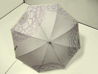 Hana・Hahaな日傘(グレー色・花模様の刺繍入り)の画像