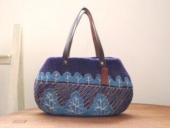 羊毛フェルトバッグ/青い並木の画像