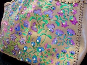 ビジューなオリエンタルフラワー柄のヌメ革ショルダーバッグの画像