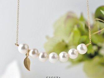 【14kgf】淡水パールとリーフ○白い実のネックレスの画像