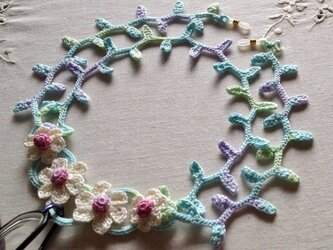 レース編みグラスコード 花(薄緑ミックス×生成り)の画像