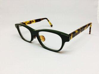 カーキカラーの深みのあるメガネ(メガネフレーム)の画像
