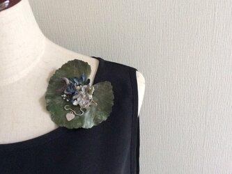 布花 リーフに小花コサージュの画像