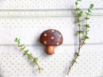 木製 きのこブローチ 水玉の画像