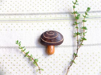 木製 きのこブローチ ぐるぐるの画像