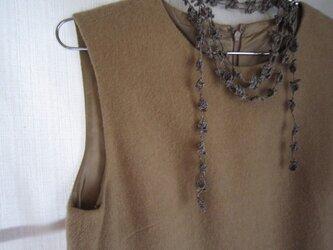 麻色×濃紺 花と葉のかぎ針編みネックレスの画像