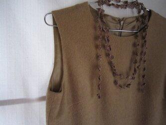 麻色×えんじ 花と葉のかぎ針編みネックレスの画像