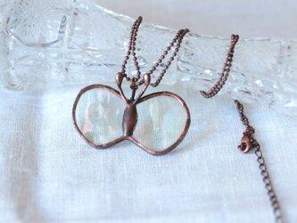 ガラスのちょうちょのペンダント オーロラガラスの画像
