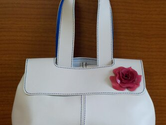 手縫い 革の赤い花のついた、白の牛革で出来た蓋つきトートバッグの画像