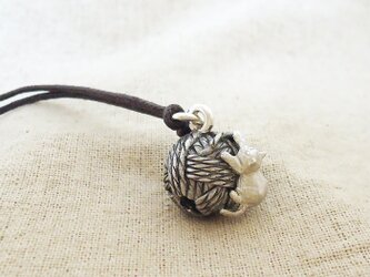 銀製の鈴『毛糸玉に子猫』(シルバー925)根付・バッグチャームの画像