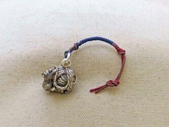銀製の鈴 『 毛糸玉に子猫 』 (シルバー925) 根付・バッグチャームの画像