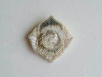 【再々出品‼︎‼︎】白いバラのビーズブローチ Silverの画像