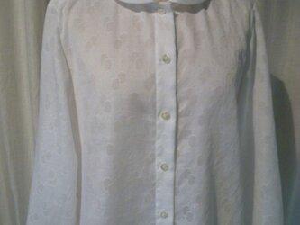 丸襟の玉模様のシャツの画像