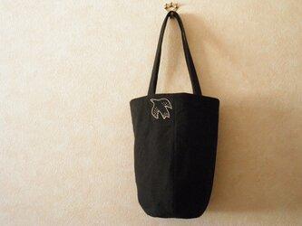 [再出品」ほそながいトートバッグ ブラックに鳥さんの刺繍の画像