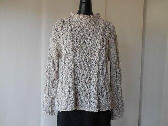 ベージュの模様編みセーターの画像