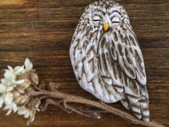 ブローチ 眠るフクロウの画像