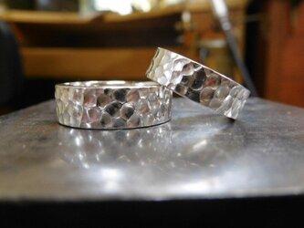 結婚指輪 手作り(鍛造&彫金) プラチナ製 奥行きのある深い槌目(つちめ) 男性7ミリ幅 女性6ミリ幅の極太 光沢の画像