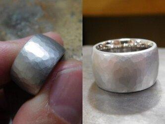 結婚指輪 手作り(鍛造&彫金)プラチナ製 10ミリの超極太・最強槌目リング 平打ち甲丸で何と20グラム!の画像