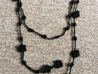 綿糸のラリエット 黒 花と玉の画像