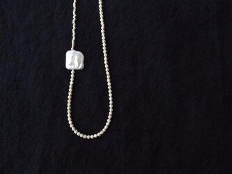 送料無料【受注制作】銀色ビーズとスクエアパールのワンポイントネックレスの画像