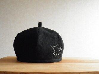 鳥さんの刺繍、ベレー帽 黒のコットンリネンの画像