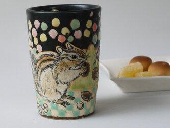 リス柄のマグカップの画像