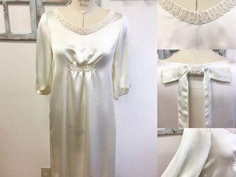 セール価格❤️上品サテン素材パフスリーブ袖の後ろリボンブローチ付ドレス (サイズフリーM〜L)11〜13号の画像