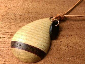 寄木と革紐のしずく型ペンダント8(送料込)の画像