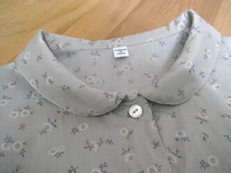木綿のブラウス 小花グレーの画像