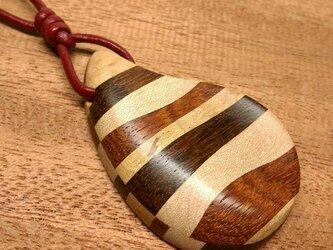 寄木と革紐のしずく型ペンダント23(送料込)の画像