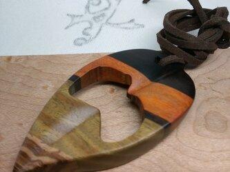 「虫食い葉っぱ」寄木のペンダントネックレス1(送料込)の画像