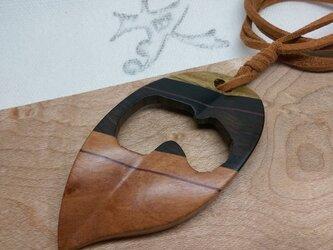 「虫食い葉っぱ」寄木のペンダントネックレス3(送料込)の画像