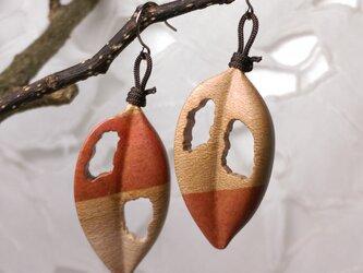 「虫食い葉っぱ」寄木のピアス・イヤリング1(送料込)の画像