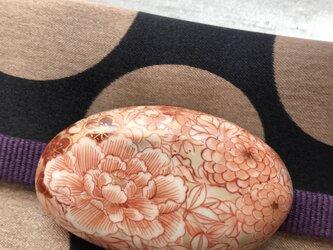 赤絵 草花 帯留めの画像