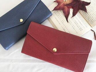 渋い赤色の長財布の画像