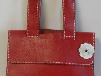 手縫い 白いバラのついた赤の牛革で出来た蓋つきトートバッグの画像