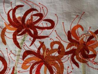 ヴィンテージ着物のタペストリー 曼珠沙華 布絵 秋の陽の中での画像