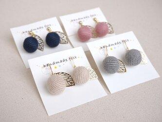 選べる4色!りんごのイヤリング・ピアス(コーデュロイボール)の画像