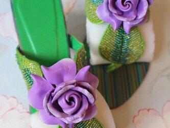 紫の薔薇のビジューサンダル の画像