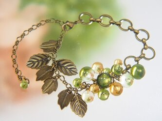 オリーブ色のつぶつぶと葉っぱのブレスレットの画像