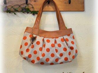 オレンジ水玉のバッグの画像