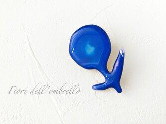 群青色の花のブローチの画像