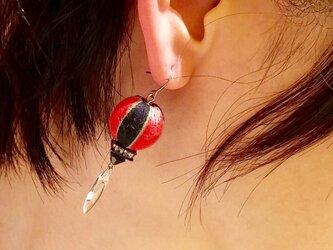 赤と黒の巻玉とダガービーズのピアス/イヤリングの画像