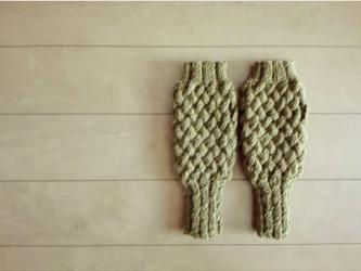 バスケット編みのハンドウォーマー(オリーブ)の画像