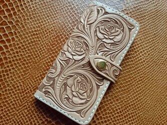 iPhone7手帳型 フラワーカービング(薔薇)の画像