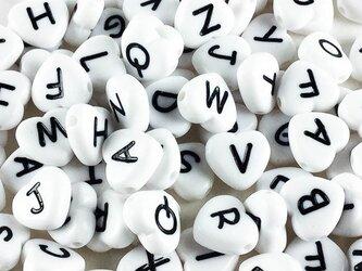 送料無料 アルファベット ビーズ ハート 100個 イニシャル ホワイト 11mm 白  アクセサリー チャーム AP0186の画像