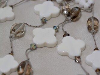 フラワーホワイトオニキス ロングネックレスの画像