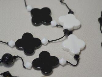 ブラック&ホワイトオニキス フラワーロングネックレスの画像