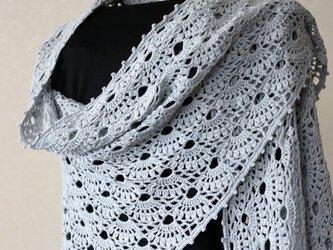 扇編みの大判台形ストール(ライトグレー)の画像