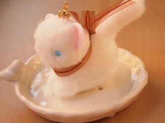 【再販】ちいさなぬいぐるみ 王冠をかぶった白猫*ブラウンのリボンの画像